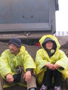 Song, KangHo博士以及崔成希於工程現場靜坐