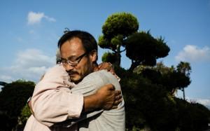 宋博士擁抱在濟州監獄外歡迎其釋放的Moon神父 Image: Jung Da-Woo-Ri